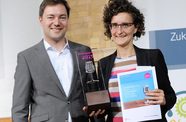 Juror Matthias Degen überreicht Nachwuchs-Preisträgerin Siri Warrlich Trophäe und Urkunde.